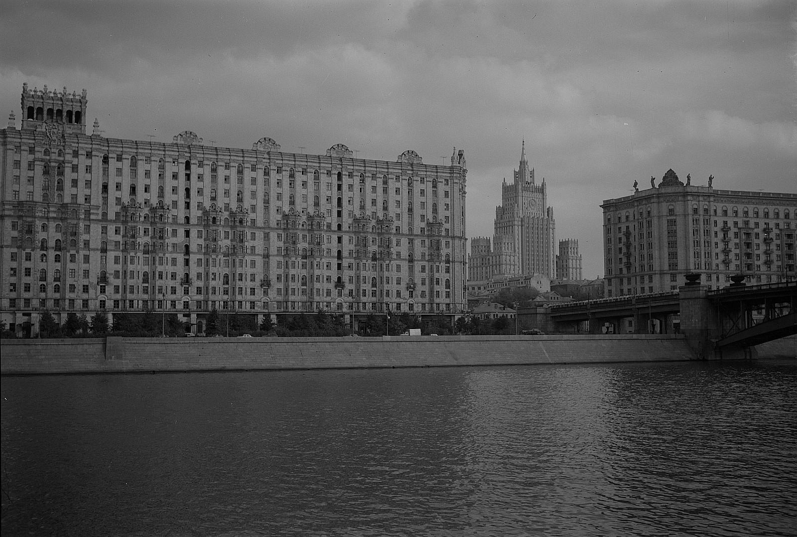 Набережная Москвы-реки и МИД