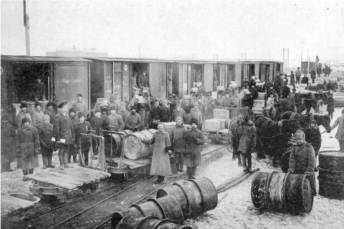 Выгрузка ящиков с парафином на станции Иващенково. 1915