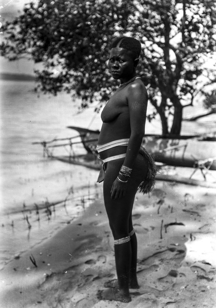 1268. Женщина на берегу