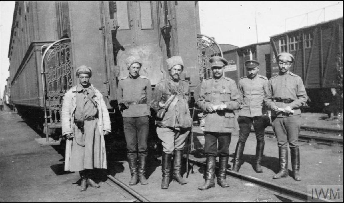 Офицеры Тускской бригады за пределами железнодорожной платформы