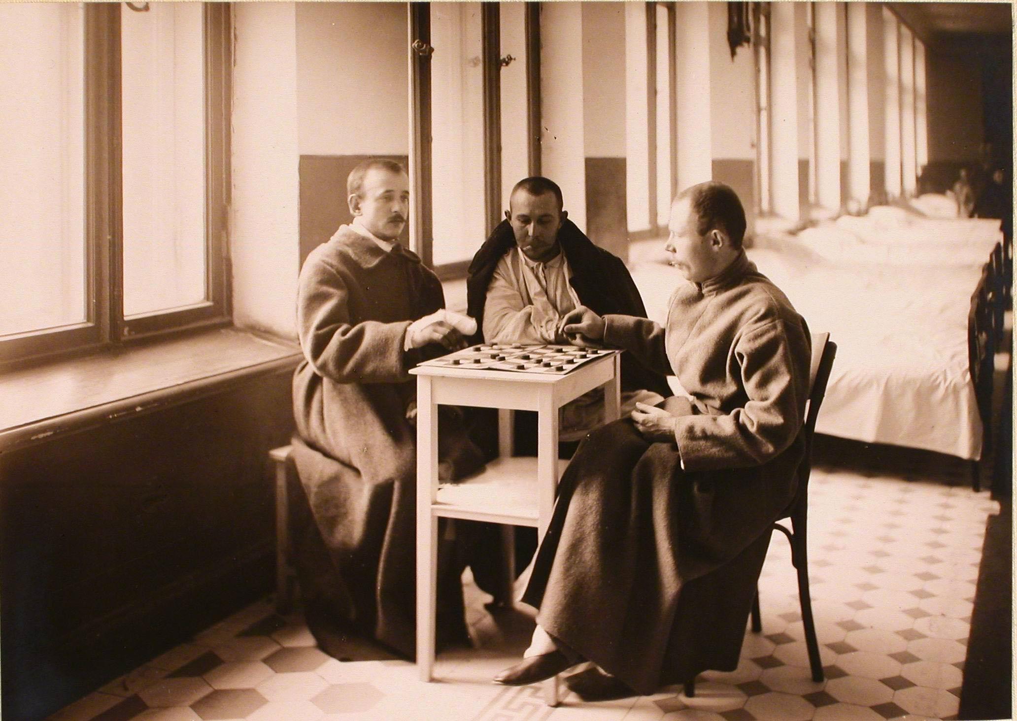 25. Раненые за игрой в шашки в одной из палат госпиталя №6