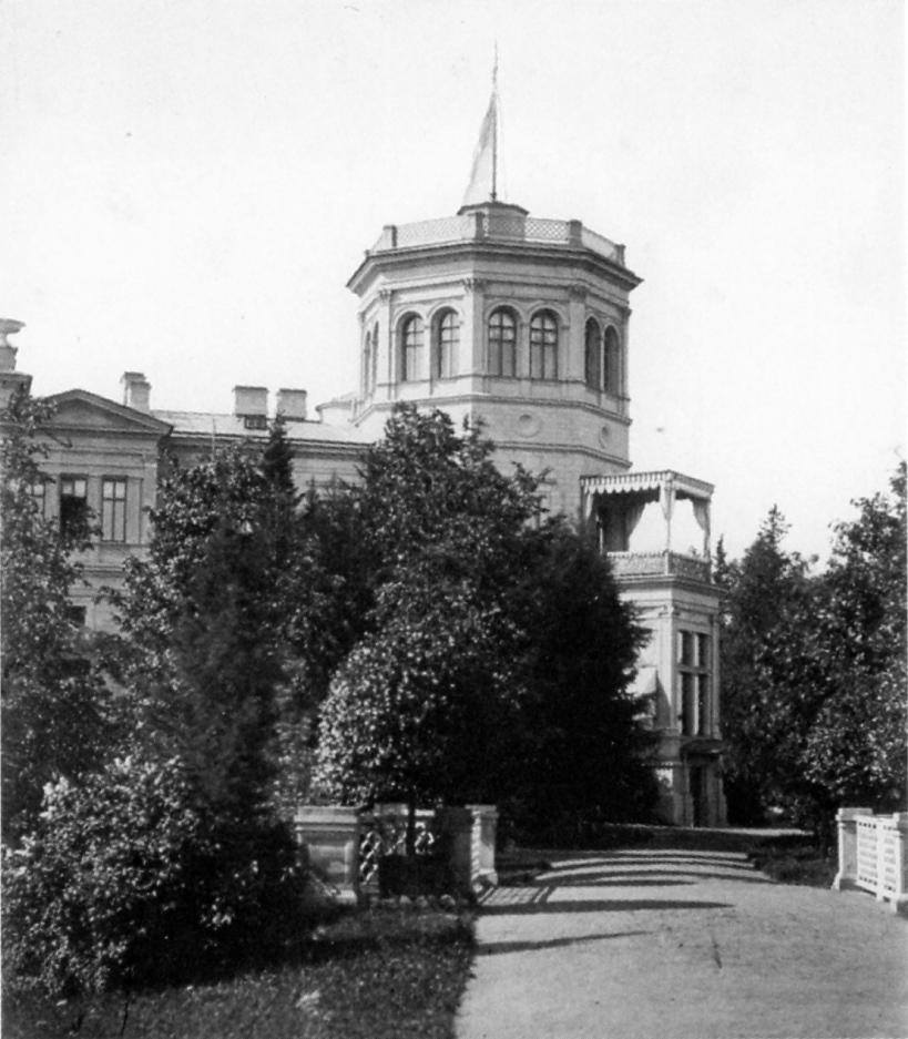 Вид северо-восточной башни дворца от моста у Парнаса. 1874