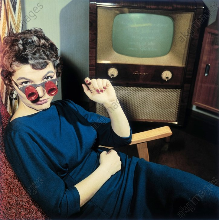 Dame vor Fernseher / Foto 50er - Woman with TV glasses / GDR / 1950s -