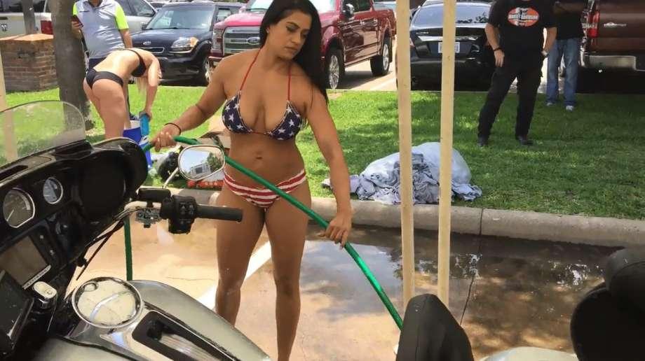 Модели в бикини отмыли грязные мотоциклы байкеров ко Дню Поминовения