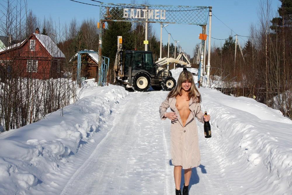 Голая Валерия в зимней деревне