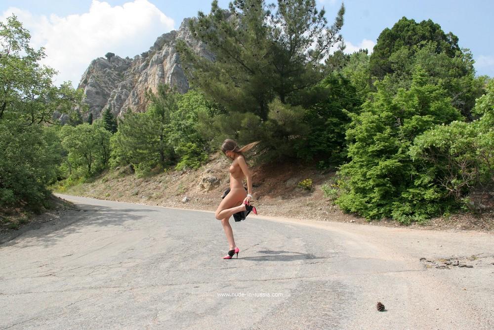 Мария Рябушкина на горной дороге в Крыму