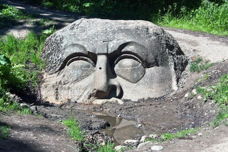 Каменная голова в парке Сергиевка