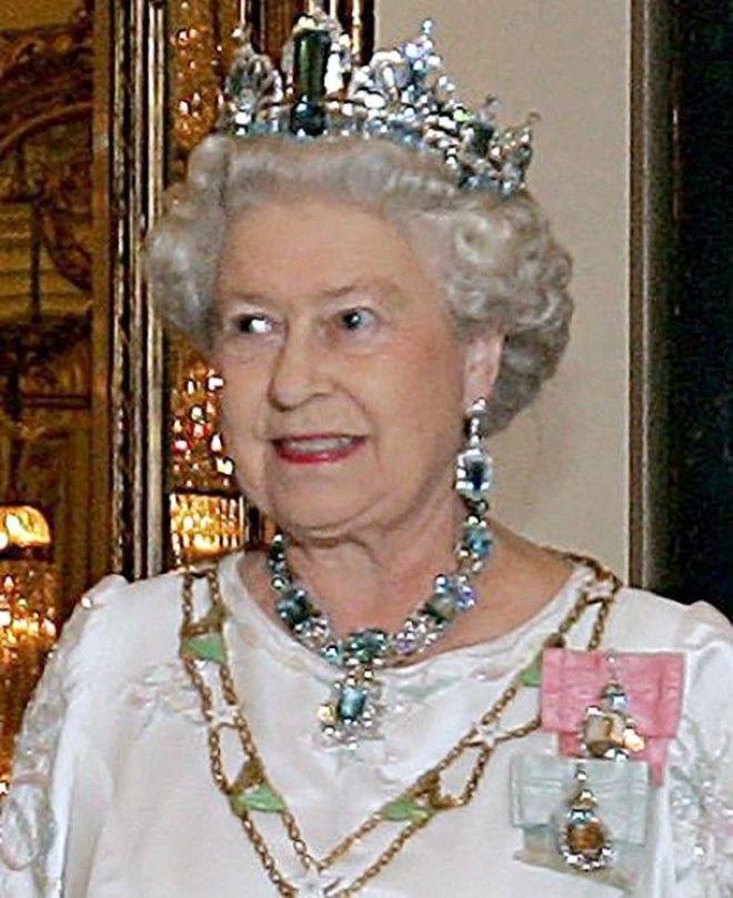 Просто потому что может. Действительно, королева выкупила один из ресторанов этой сети. Как вы, возм