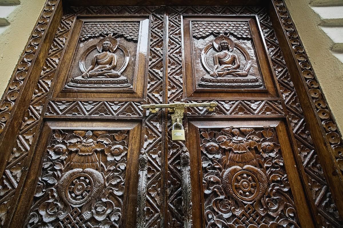 6. Двери муниципального здания.