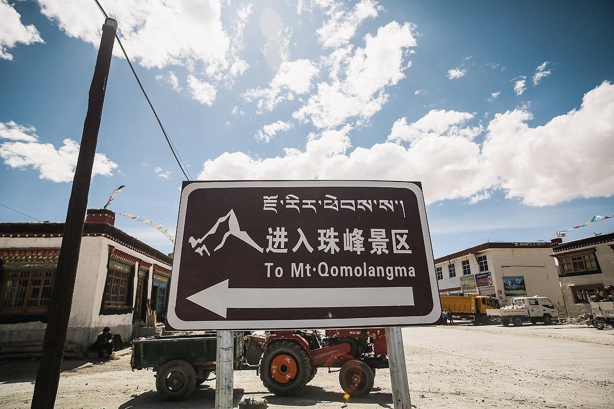 5. Указатель на Эверест. Второе название горы — Джомолунгма (правильнее по-тибетски будет Джомолангм