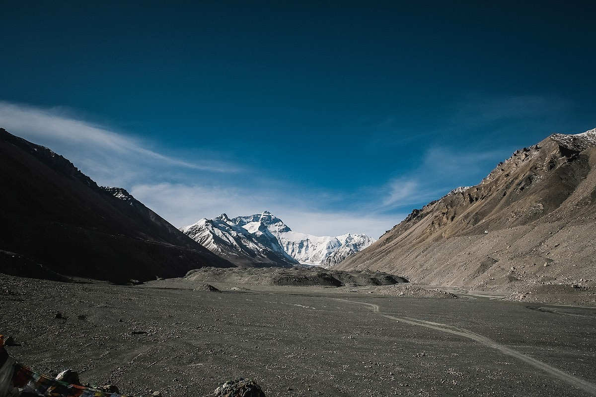 29. Небольшая долина перед самим Эверестом, на ней альпинисты рисуют разные картинки, которые хорошо