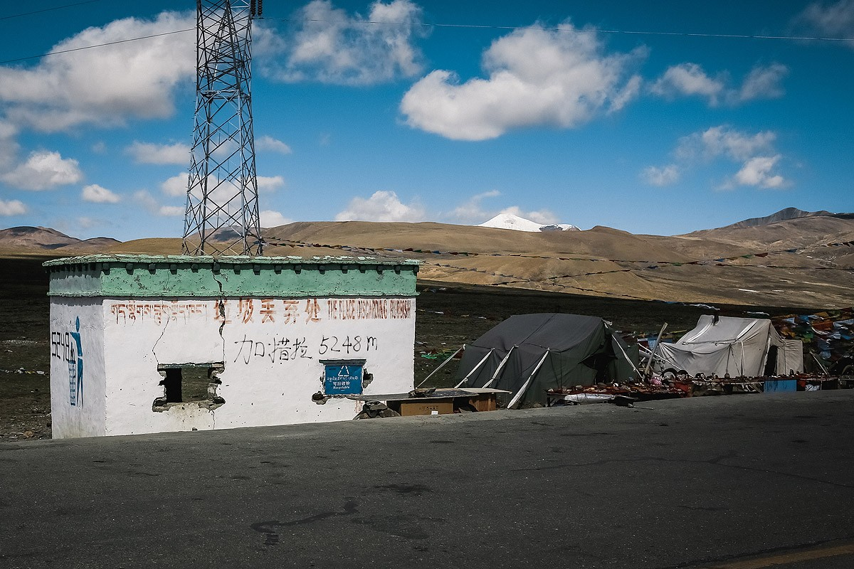 45. Перевал Лалунг-ла, высота перевала написана на домике.
