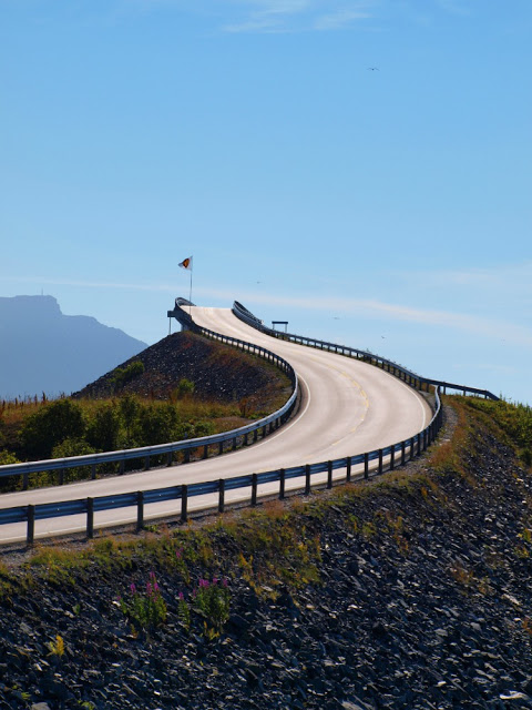 На дорогах Норвегии: «Внимание! Вы въезжаете на мост, который ведет в никуда» (6 фото)
