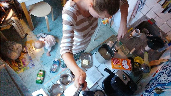 Мы вместе готовим на кухне: я на столе, Василиса — под.