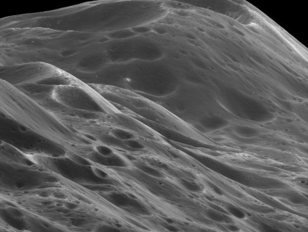 16. Мимас на фоне Сатурна. (Фото JPL | Space Science Institute | NASA):