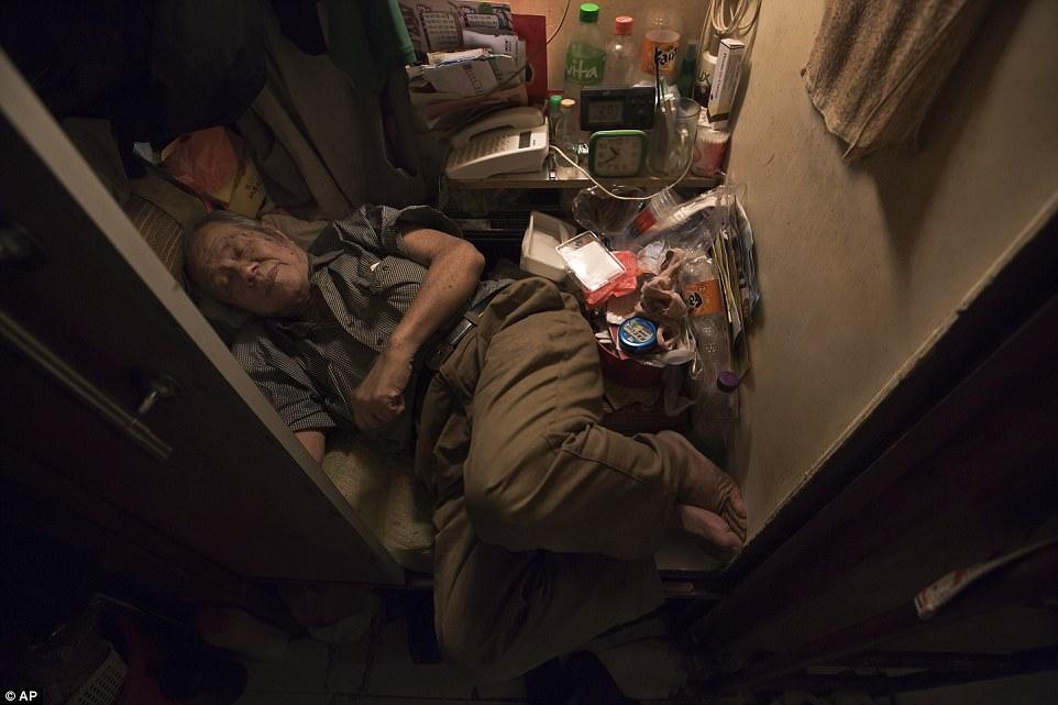 80-летний Ченг Чи-фонг даже не может вытянуть ноги на кровати.