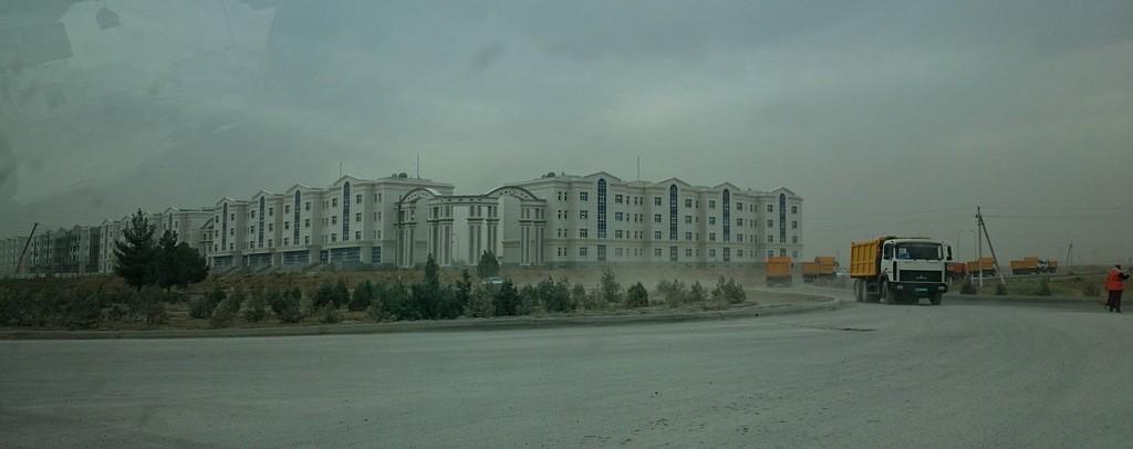 19. В Ашхабаде еще много хрущевок, но их стабильно сносят и людей переселяют в новые красивые дома.
