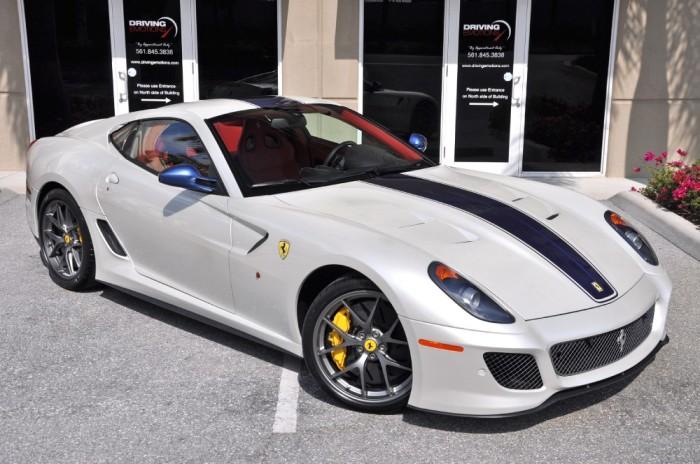 Спортивная Ferrari 599 GTO с гоночными полосками. | Фото: drivingemotions.com.