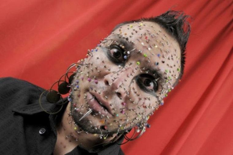 Пару лет назад аргентинец Аксель Розалес ушел из уважаемой профессии стриптизера ради рискованного у