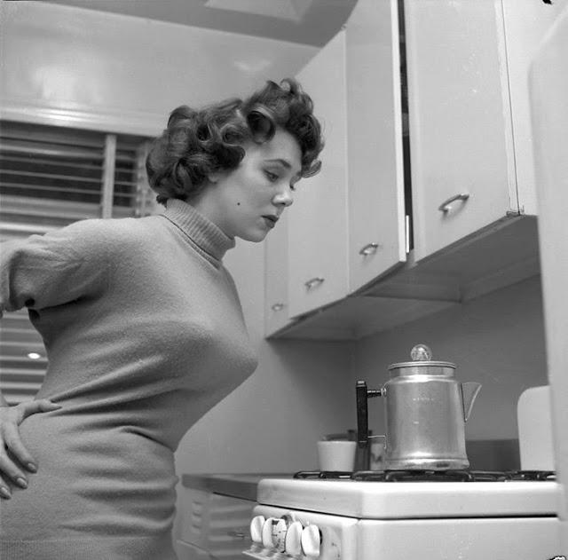 Интригующие 50-е: когда женщины носили «пули» на груди