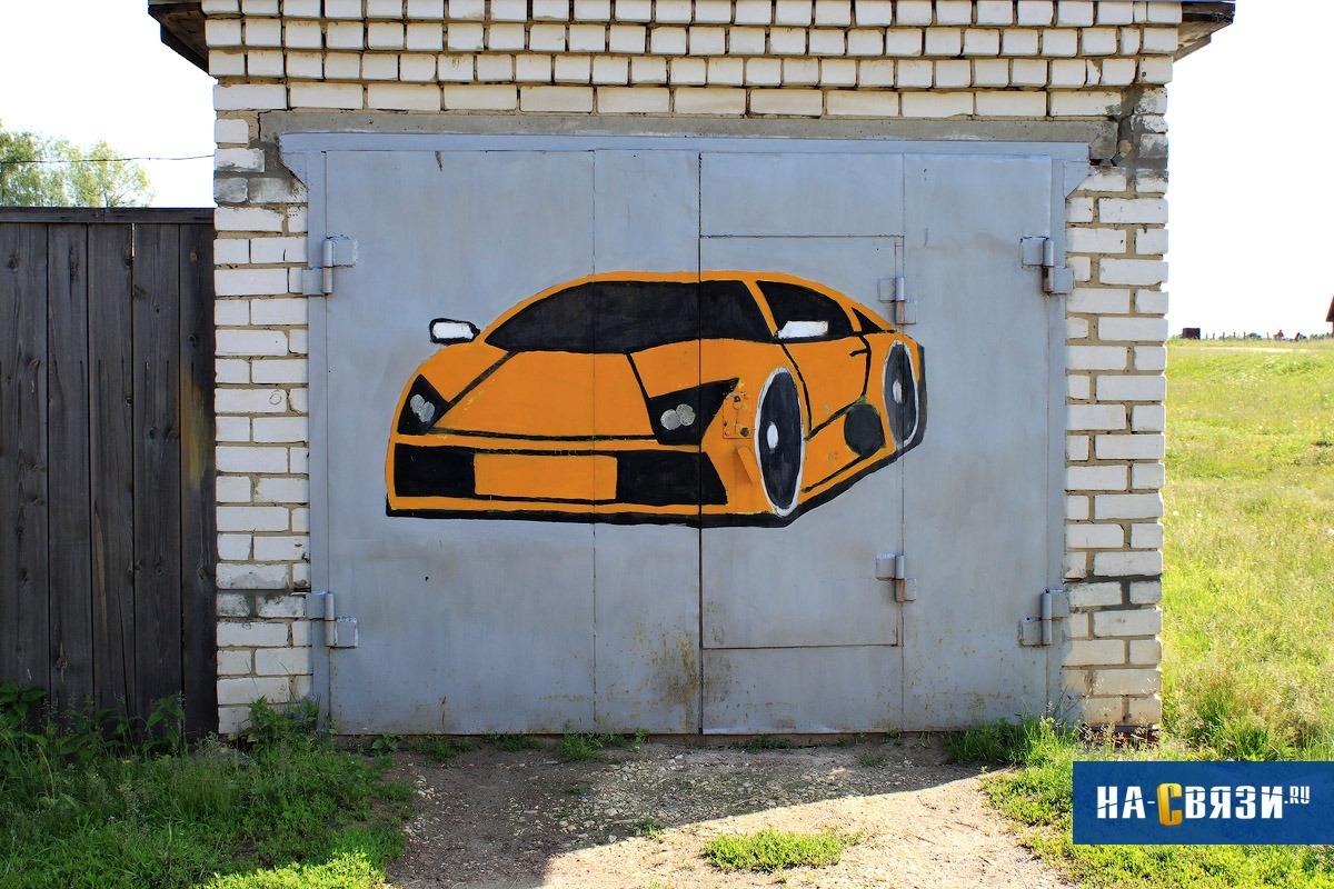 Самое логичное решение для украшения гаража — это изображение автомобиля. Советуем визуализировать с