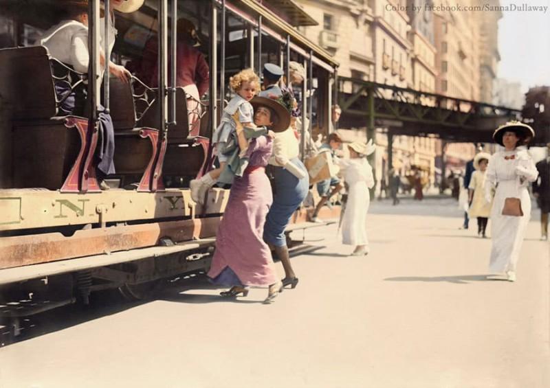 Мать помогает ребенку выйти из трамвая. Нью-Йорк, 1913 год.