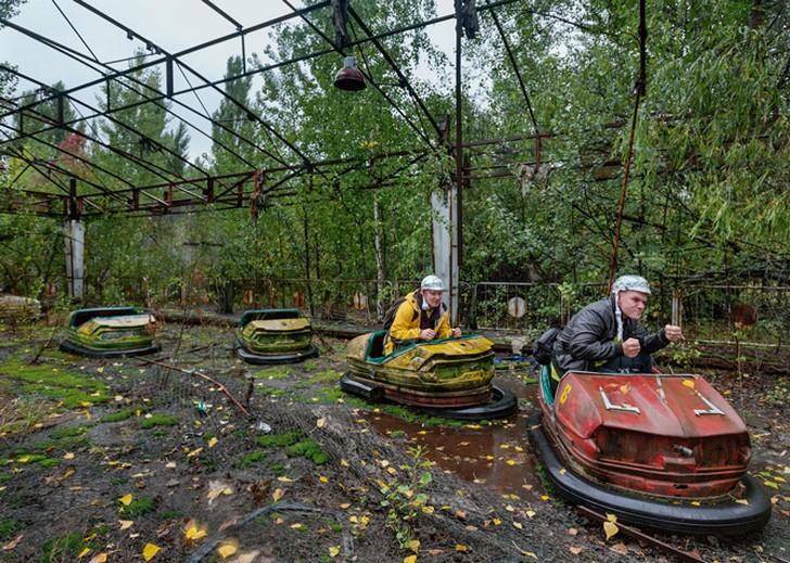 11. Студенты из Финляндии в касках, затянутых фольгой, развлекаются перед фотообъективом на заброшен