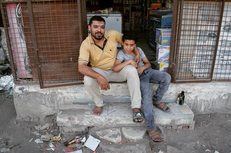 Затем я пошёл вновь бродить по рынку, взял воды попить у этого торговца на фотографии с его сыном, з