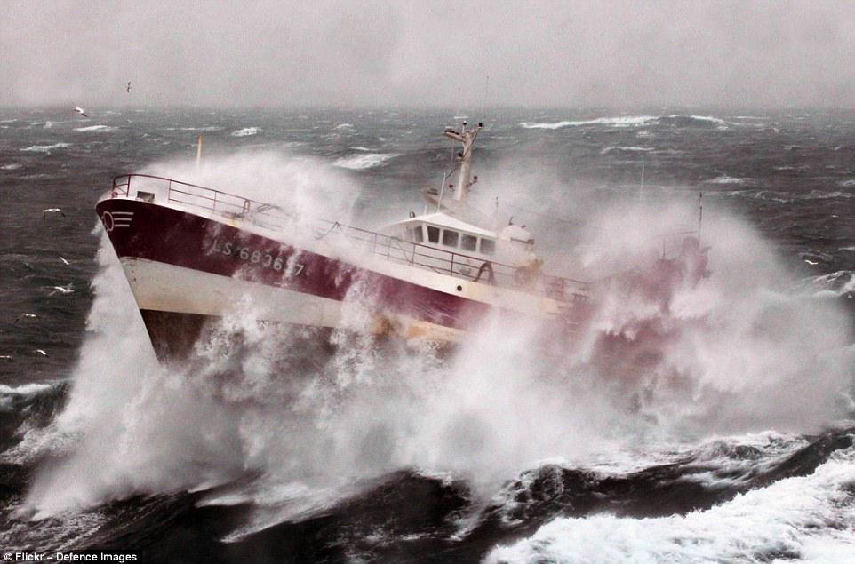 Вертолёт Королевского военно-морского флота Великобритании спасает рыбака, попавшего в шторм в Ирлан