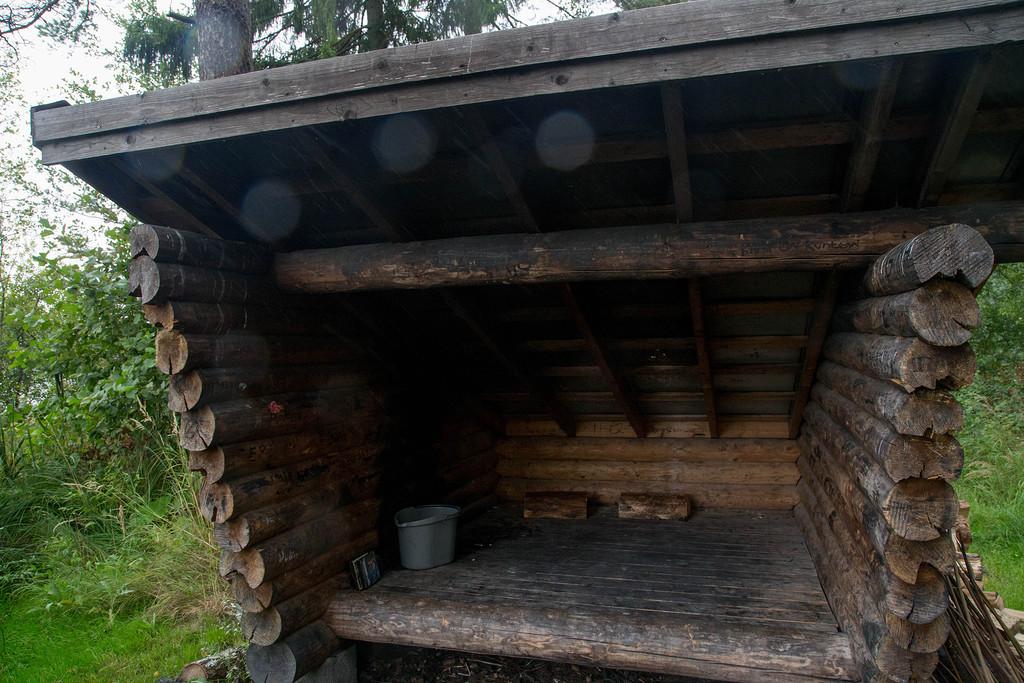 На фото специально самое аскетичное из всех встреченных лааву (но даже у него рядом дрова, место под