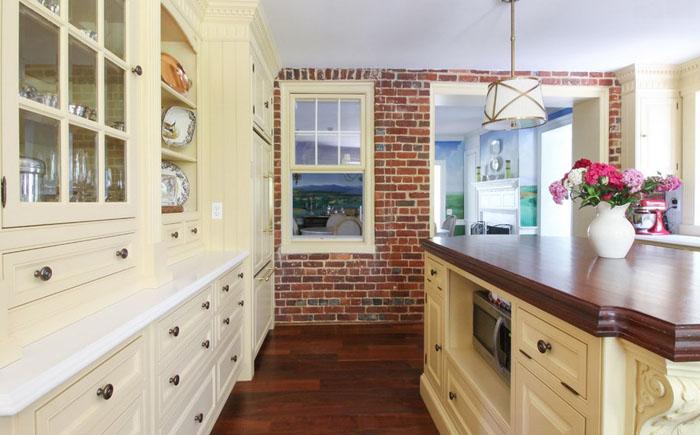 10. Кирпичная стена в кухне и окно в столовую остались оригинальными.