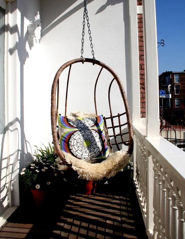 16. Подвесное кресло на балконе Цветочный рай
