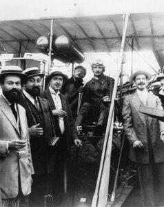 Авиатор В.М.Абрамович, совершивший перелет из Берлина в Петербург, и участники его встречи на аэродроме.