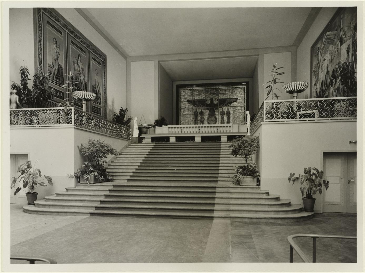 Выставочный зал, подиум. Витраж с нацистским орлом