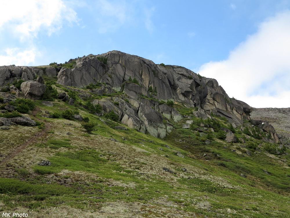 Скальный сброс над перевалом