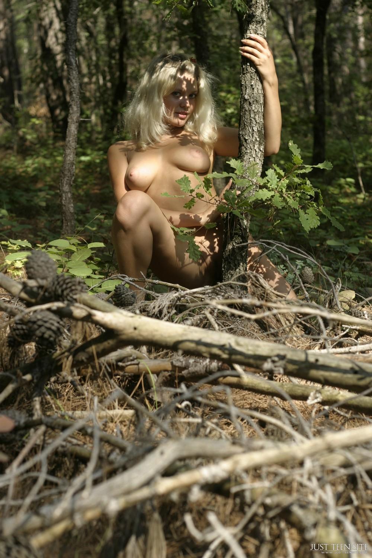 Голая Виктория в лесу