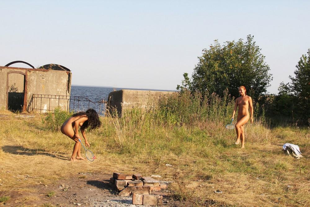 Голые Margarita и Zeya играют в бадминтон