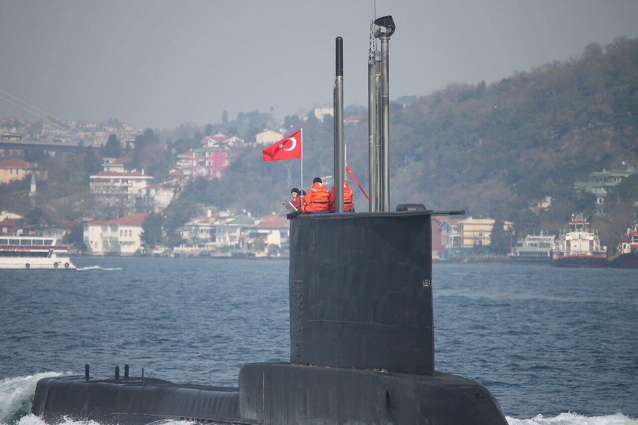 Турецкая подводная лодка AY class в Босфоре