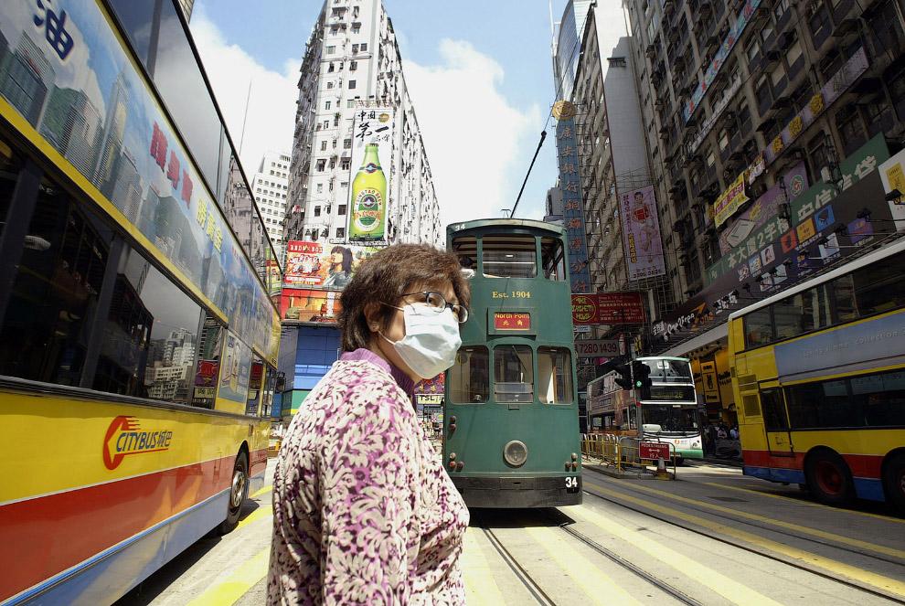 19. Гонконгская аптека и четвероногий помощник. (Фото Anthony Wallace):