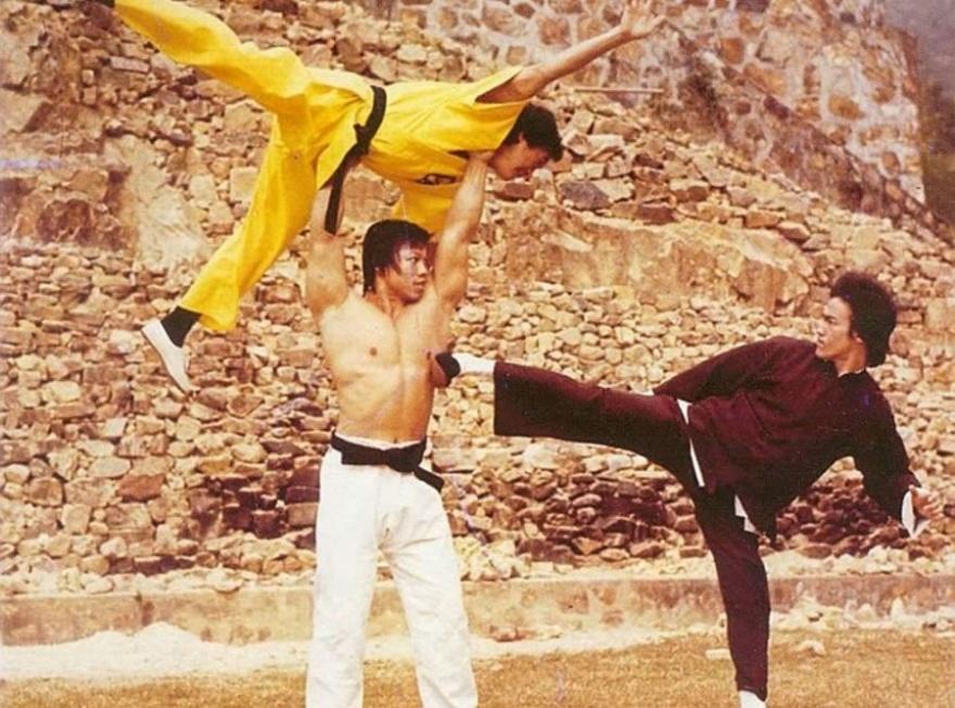 © prochlapy  Боло Йен борется сБрюсом Ли. Вкачестве «оружия»— Джеки Чан, 1973г.