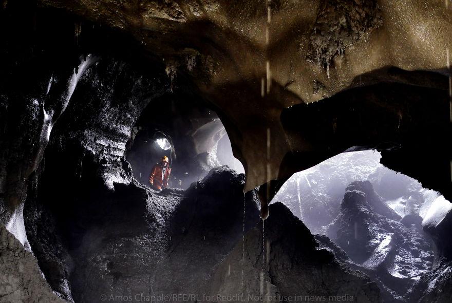 Другие старатели вырезают в мерзлоте огромные пещеры.