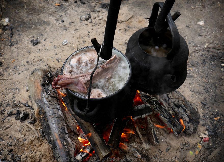 Этот кусок оленины — редкая роскошь. Обычно здесь едят тушенку и лапшу. Двое искателей рассказали, ч