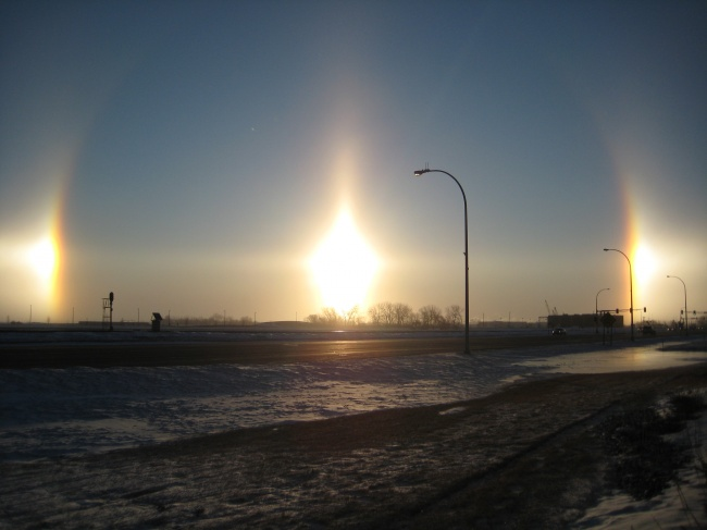 © wikimedia  Солнечные собаки, или ложное солнце,— явление, аналогичное ложной луне. Возникае