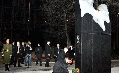 12-Возложение цветов к памятнику жертвам событий 1956 года «Пламя революции»