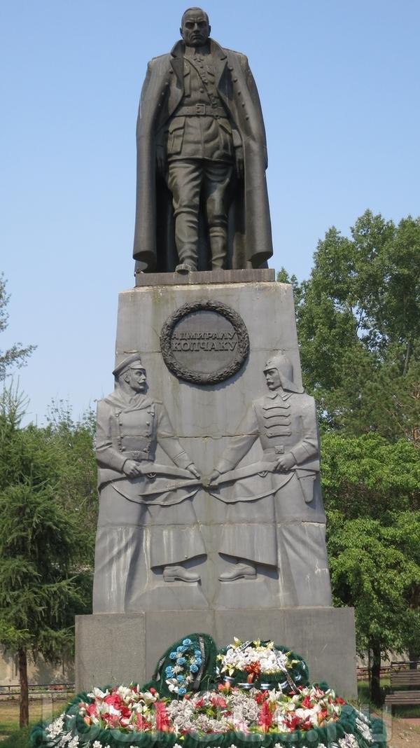 Памятникъ адмиралу А.В. Колчаку въ Иркутскѣ