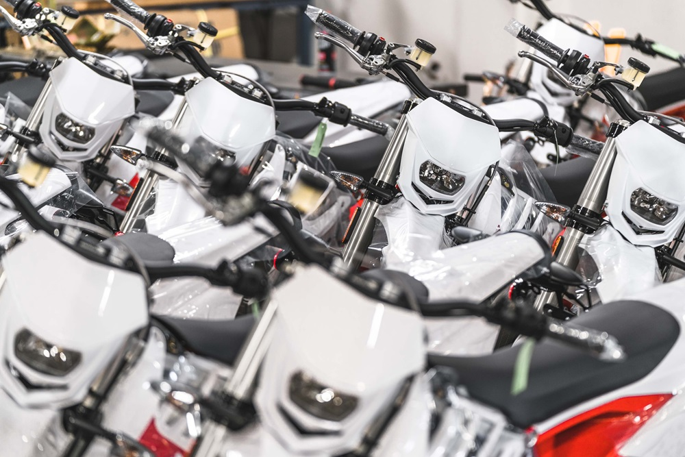 Электросупермото Alta Redshift SM запустили в производство