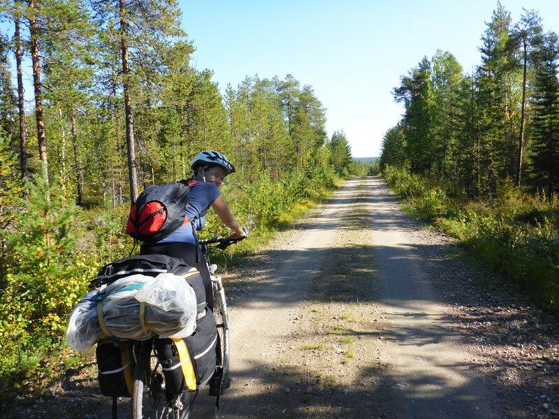 на велосипеде по лесной дороге в финляндии