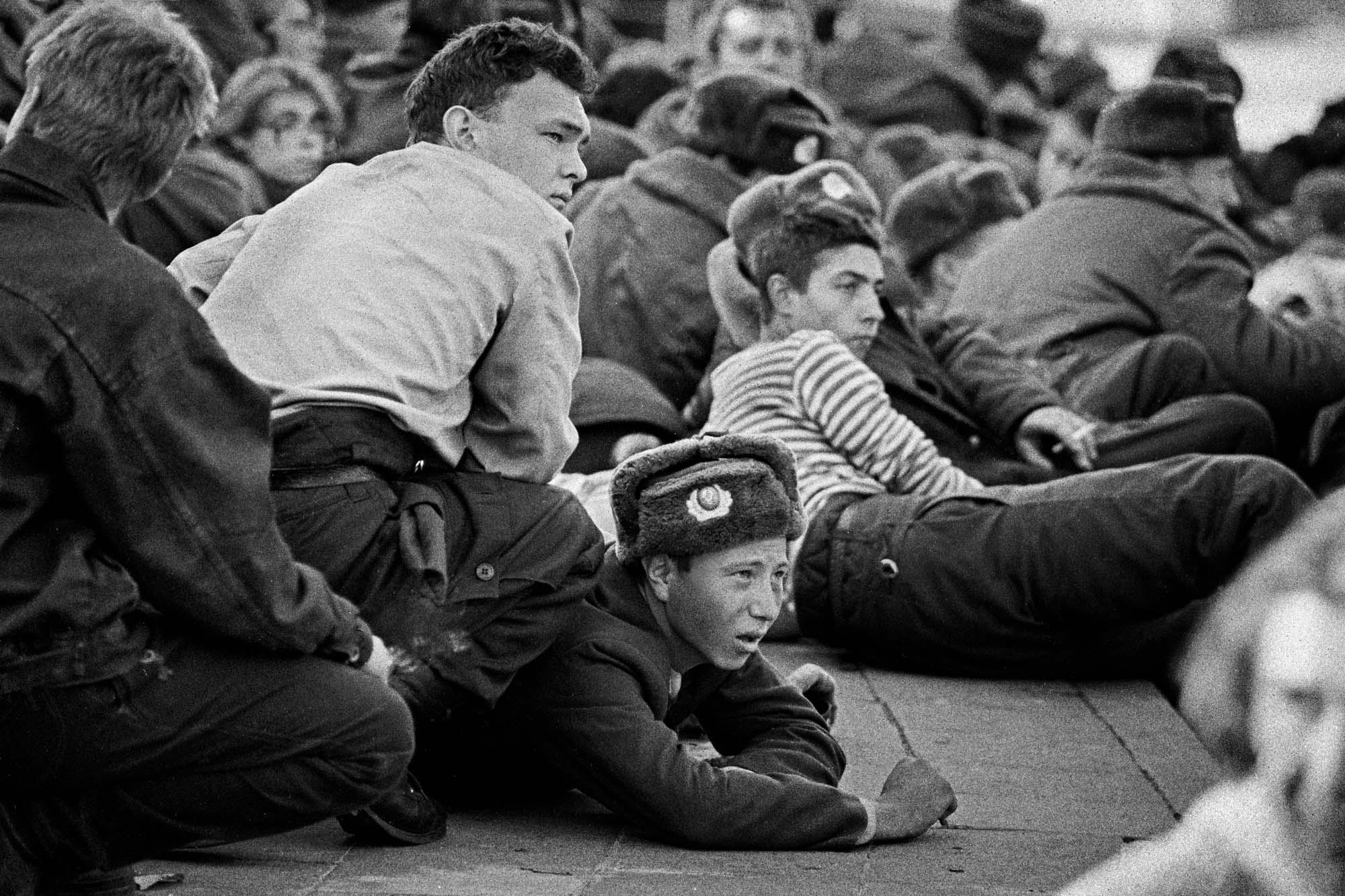 4 октября. Гражданский и военный персонал, покинувший Белый дом, резиденцию Верховного Совета Российской Федерации