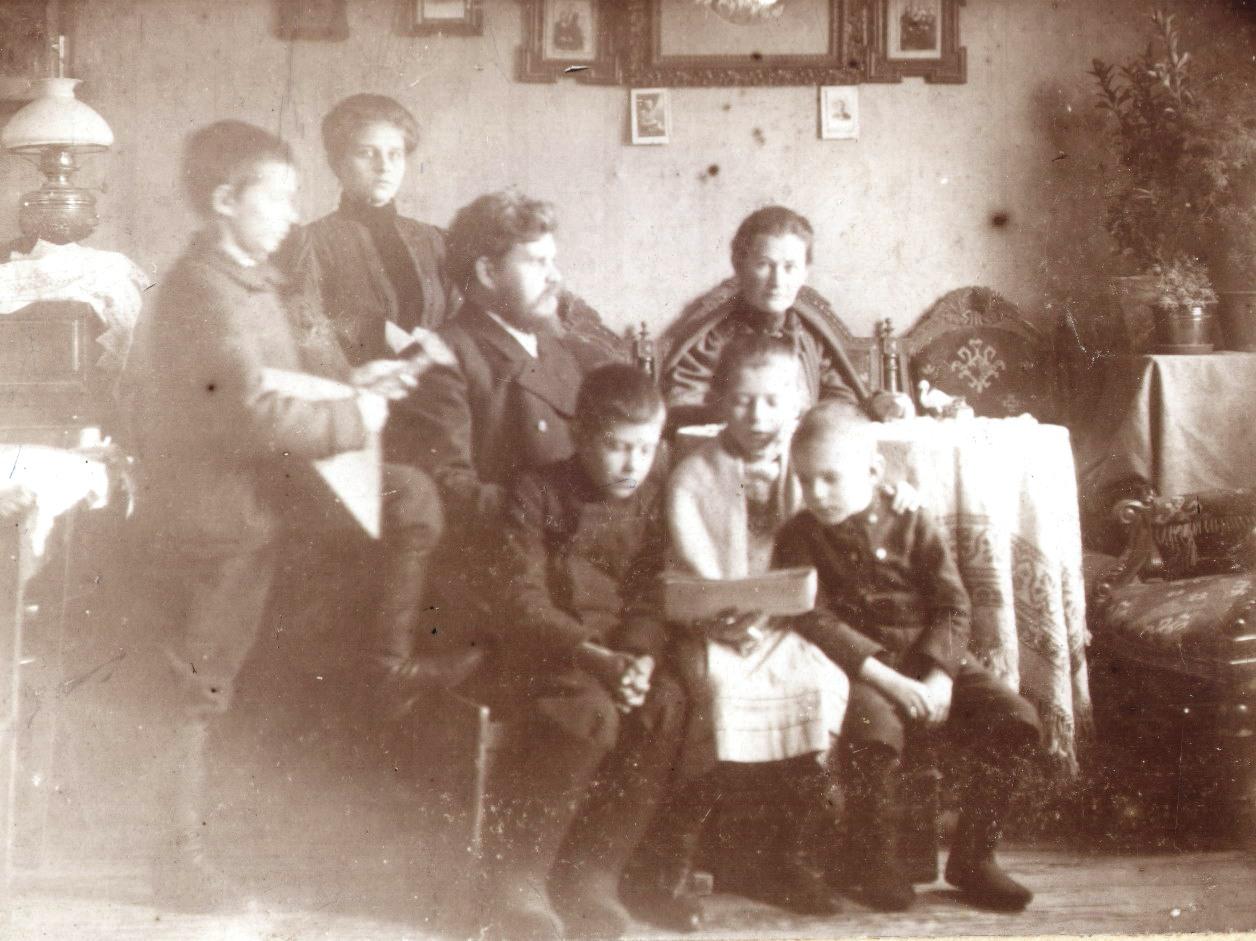 Семья Тагуновых в интерьере комнаты. 1910-е