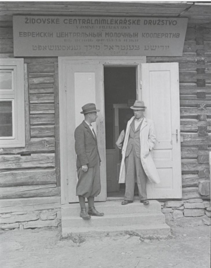 Мужчины у входа в Еврейский Центральный Молочный Кооператив, Ясин, недалеко от Рахова